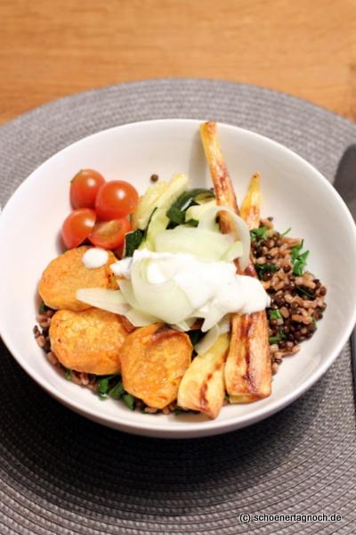 Bowl mit Ofengemüse, Beluga-Linsen, Dinkel und Limetten-Joghurt