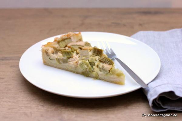 Kuchenstück Rhabarbertarte mit Schmandguss und Mürbteigboden