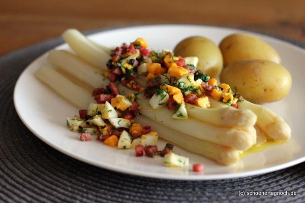 Spargel mit Dill-Ei-Speck-Sauce und neuen Kartoffeln Nahaufnahme