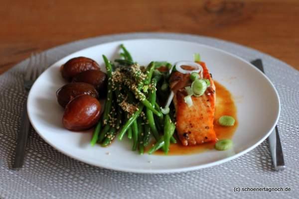 Gebratener Lachs mit Teriyaki-Soße, grünen Bohnen und eingelegten Ingwer-Zwetschgen