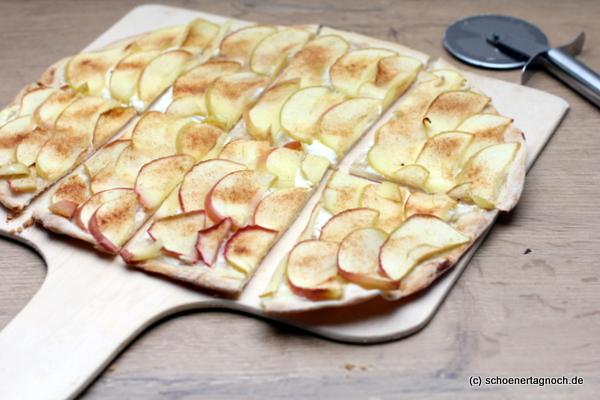 Süßer Flammkuchen mit Apfelscheiben, Schmand und Zimtzucker