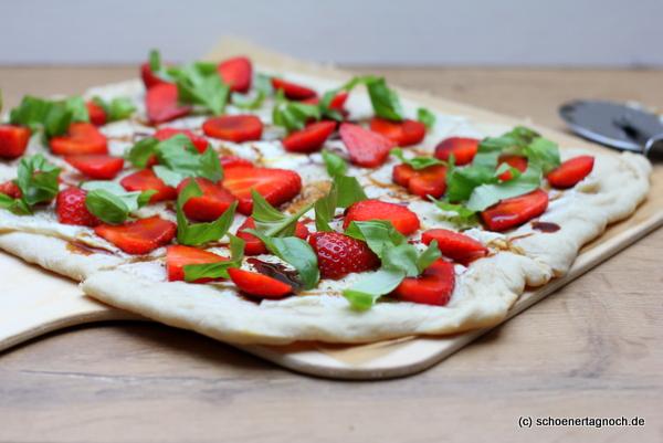 Erdbeer-Ziegenkäse-Flammkuchen mit Basilikum und Balsamico