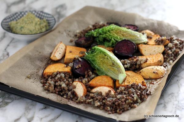 Röstgemüse vom Blech mit Linsensalat, gebratenen Römersalatherzen und Hummus - All you need is Blechgerichte
