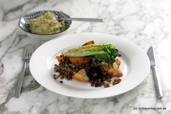Röstgemüse mit Linsensalat, gebratenen Römersalatherzen und Hummus auf Teller angerichtet