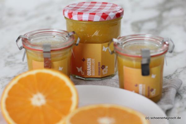 Einmachgläser mit selbstgemachter cremiger Orangen-Marmelade