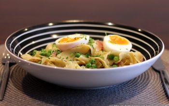 Schnelle Pasta mit Erbsen, Pfefferbutter und Ei