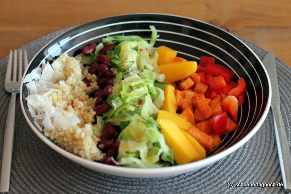 Regenbogen-Bowl mit gebratenen Süßkartoffeln, Mango, Spitzkohl, Kidneybohnen und Quinoa