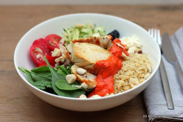 Power Bowl mit Hähnchen, Babyspinat, geraspelter Zucchini und Couscous mit einer Röstpaprika-Sauce