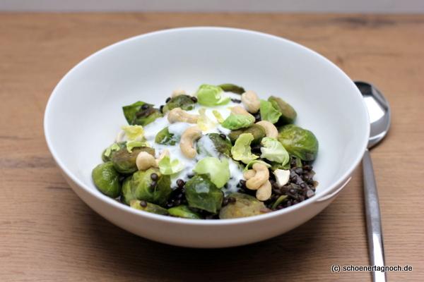 Rosenkohl-Linsen-Curry mit Limettenjoghurt und Cashewkernen
