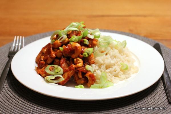 Scharfe Hähnchen-Cashew-Pfanne mit Reis