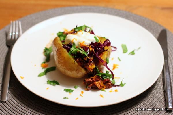 Ofenkartoffel mit Linsen-Walnuss-Bolognese, Rotkraut und Schmand