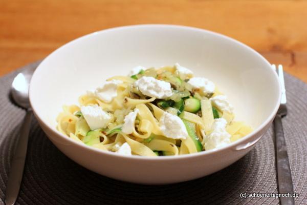 Tagliatelle mit Zucchinistreifen, Kürbiskernen und Ziegenfrischkäse