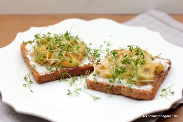Vollkorn-Toast mit Ziegenfrischkäse, honigglasierten Bananen, Mandelblättchen und Kresse