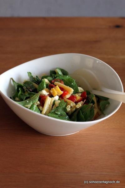 Zum Grillen: Fruchtiger Nudelsalat mit Mango, Kirschtomaten, Mangold und Feta