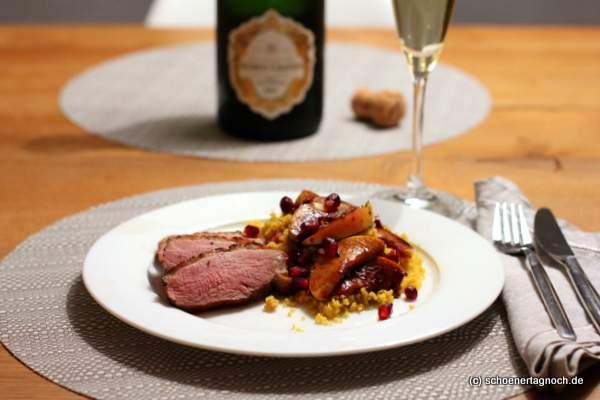 Entenbrust mit Gewürz-Couscous, gebratenen Apfelscheiben und Granatapfelkernen. Und dazu: Champagner!