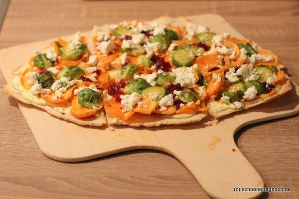Flammkuchen mit Limettenschmand, hauchdünnen Süßkartoffelscheiben, Rosenkohl, Chili-Marmelade und Feta