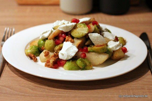 Winterlicher Salat mit gebratenen Birnenspalten, Rosenkohl, Walnüssen und Ziegenfrischkäse