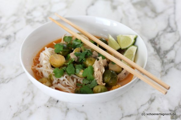 Rosenkohl-Hähnchen-Suppe mit Kokosmilch, Reisnudeln und frischem Koriander