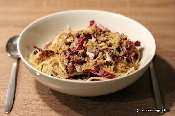 Nachgekocht: Winterpasta mit Radicchio, Walnüssen, Thymian-Semmelbröseln und Weißwein-Schmand-Sößchen