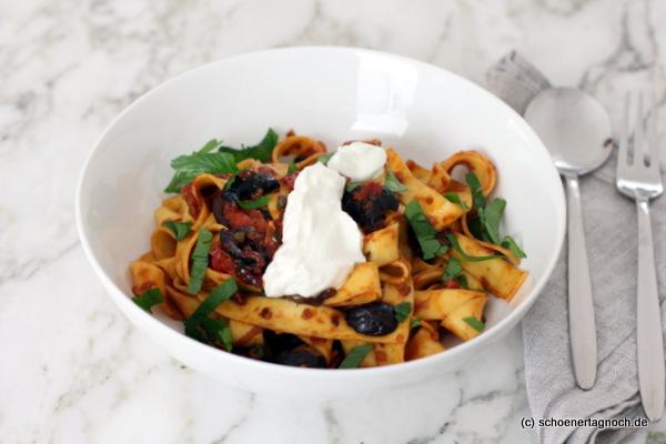 Scharfe Papardelle mit Harissa, Kirschtomaten, Oliven, Kapern und Joghurt