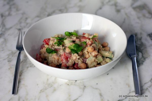 Nachgekocht: Falafelsalat mit Kichererbsen, Gurken, Tomaten, Bulgur und cremigem Tahini-Dressing