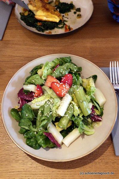 Spargel-Erdbeer-Salat im Klauprecht in Karlsruhe