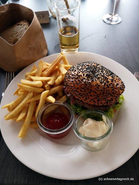 Burger im Sesambrötchen mit Pommes im Clubrestaurant Bad Liebenzell