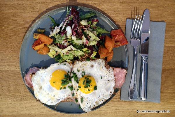 Strammer Max mit Roastbeef, Grillgemüse und Salat im Klauprecht in Karlsruhe
