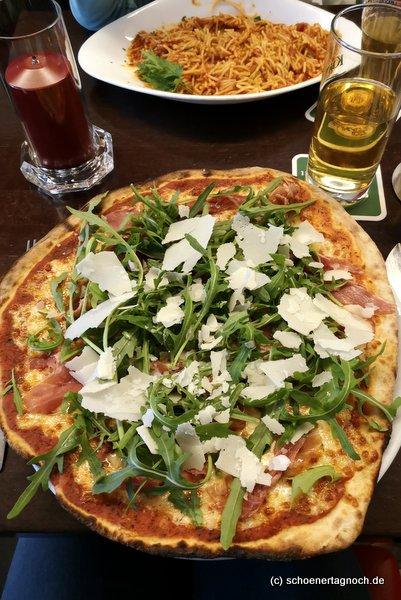 """Pizza Rucola mit Parmaschinken und Parmesan im """"Mille Stelle"""" in Karlsruhe"""