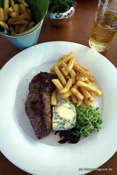 Ribeyesteak mit Kräuterbutter und Pommes im Clubrestaurant im Golfclub