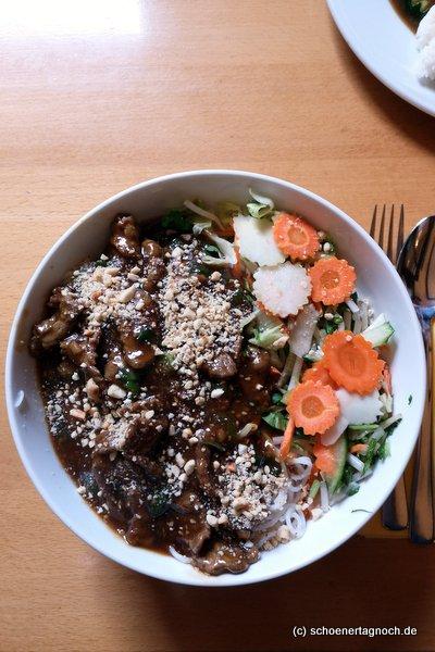 Bun Bo (Reisnudeln mit Rindfleischstreifen, Erdnüssen und Salat) im Saigon Wok in der Karlstr. in Karlsruhe.
