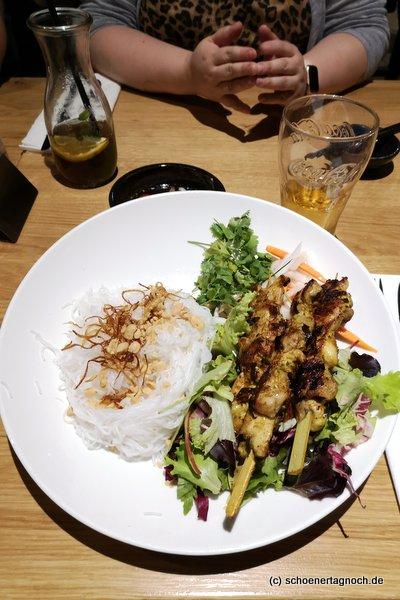 Reisnudeln mit scharfen Hähnchenspießen und Salat im Soki Garden in Karlsruhe