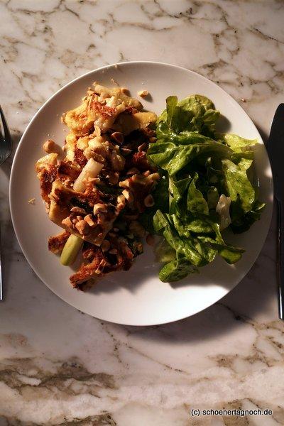 Spargel-Käse-Schmarren mit grünem Salat