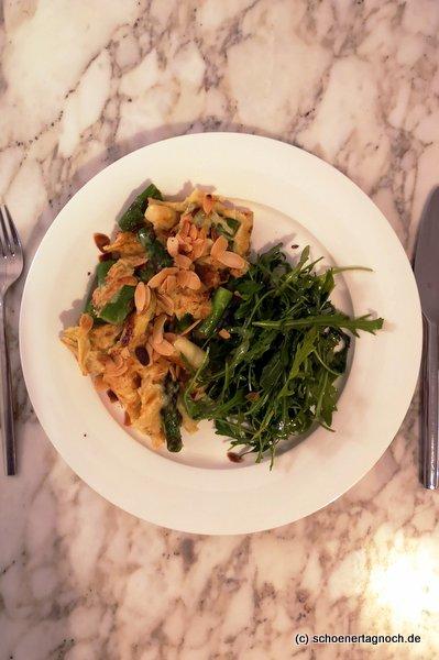 Spargel-Käse-Schmarren mit Rucola-Salat