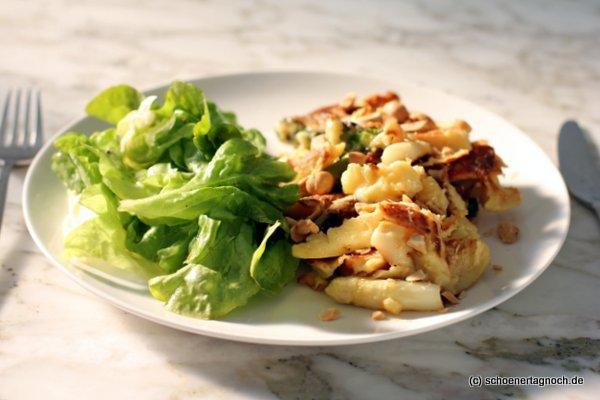 Herzhafter Spargel-Käse-Schmarren mit Salat