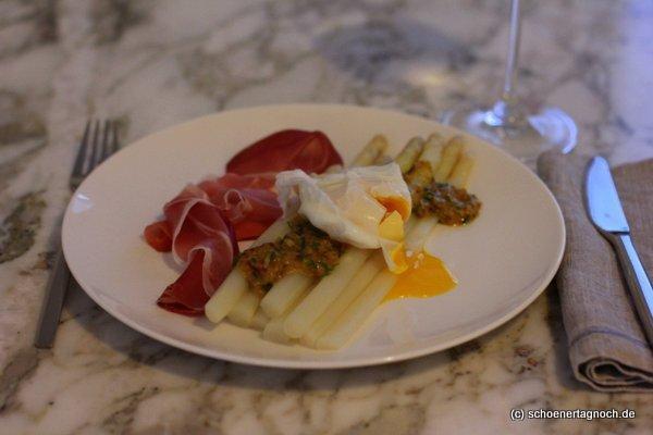 Spargel mit pochiertem Ei, Senfbutter und Schwarzwälder Schinken