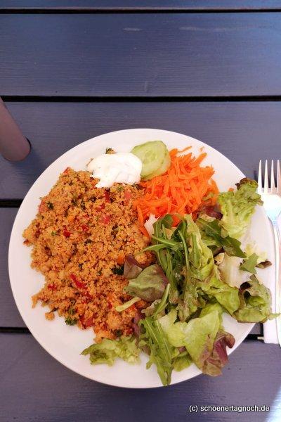 Taboulé mit Salat und Joghurt-Dip im Glashaus in Karlsruhe