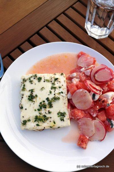 Gegrillter Feta mi Thymian, Honig und Olivenöl, dazu Wassermelonen-Radieschen-Salat