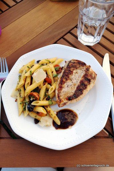 Gegrillte Hähnchenbrust mit sizilianischem Pastasalat mit Kirschtomaten, Oliven, Kräutern, gerösteten Pinienkernen und Parmesan