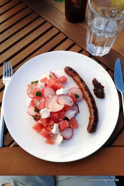 Gegrillte Merguez (scharfe Wurst) mit Wassermelonen-Radieschen-Salat mit Minze und Ziegenfrischkäse und Kirschketchup