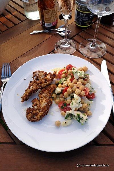 Gegrilltes tunesisches Hähnchen mit Kümmel und Kreuzkümmel, dazu Kichererbsen-Kirschtomaten-Salat mit Mozzarella und Petersilie