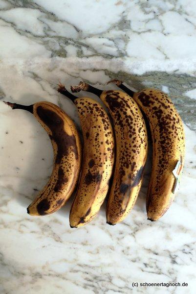 Vier reife Bananen, perfekt um Bananenbrot zu backen