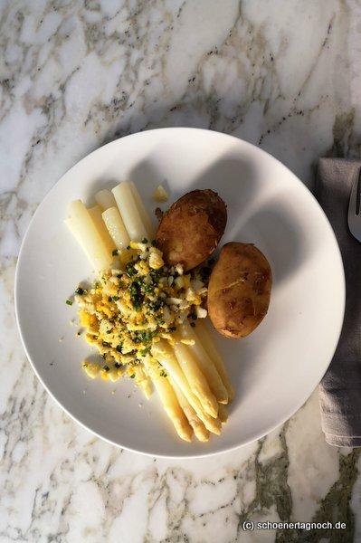 Spargel polnische Art mit gekochtem Ei, angerösteten Semmelbröseln, frischem Schnittlauch und gekochten Kartoffeln.