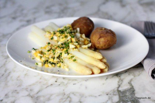 Spargel polnische Art mit gekochtem Ei, Schnittlauch und Bröseln, dazu gekochte Kartoffeln und zerlassene Butter