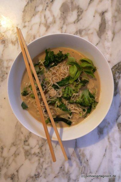 Thai-Erdnuss-Nudelsuppe mit Brokkoli und Zucchini