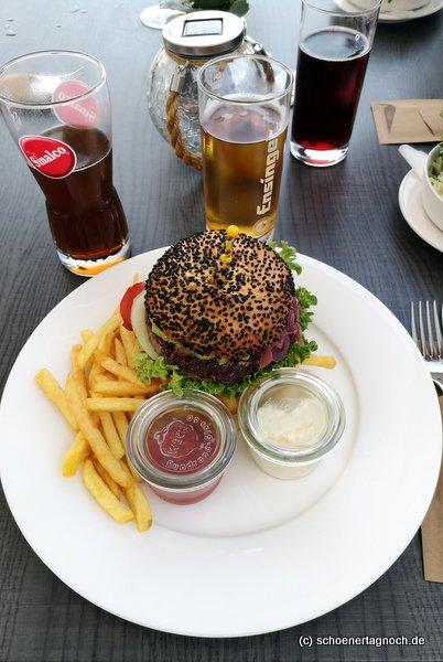 Burger mit Pommes im Restaurant im Golfclub Bad Liebenzell