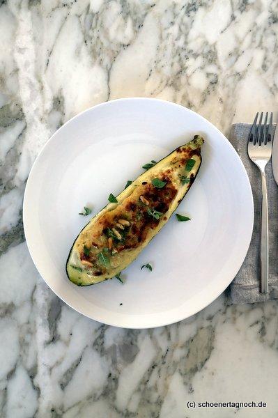 """Gefüllte Zucchini mit Pinienkern-Salsa nach einem Rezept aus dem Kochbuch """"Simple"""" von Ottolenghi"""
