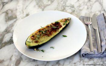 Gefüllte Zucchini mit Pinienkern-Salsa