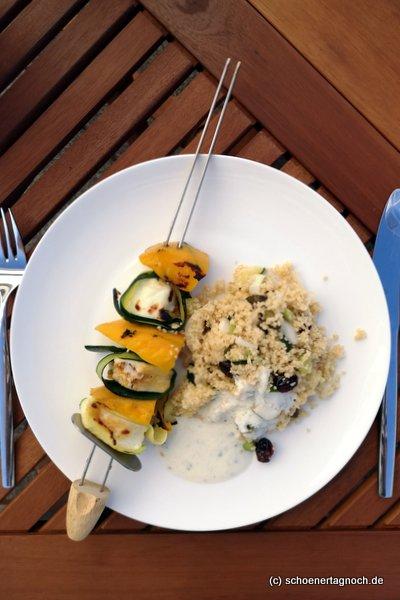 Mango-Halloumi-Spieße vom Grill mit Couscous und Joghurt