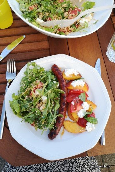 Merguez vom Grill, dazu Tomaten-Nektarinen-Salat mit Hüttenkäse und Couscous-Salat mit Rucola, Tomate und Feta.